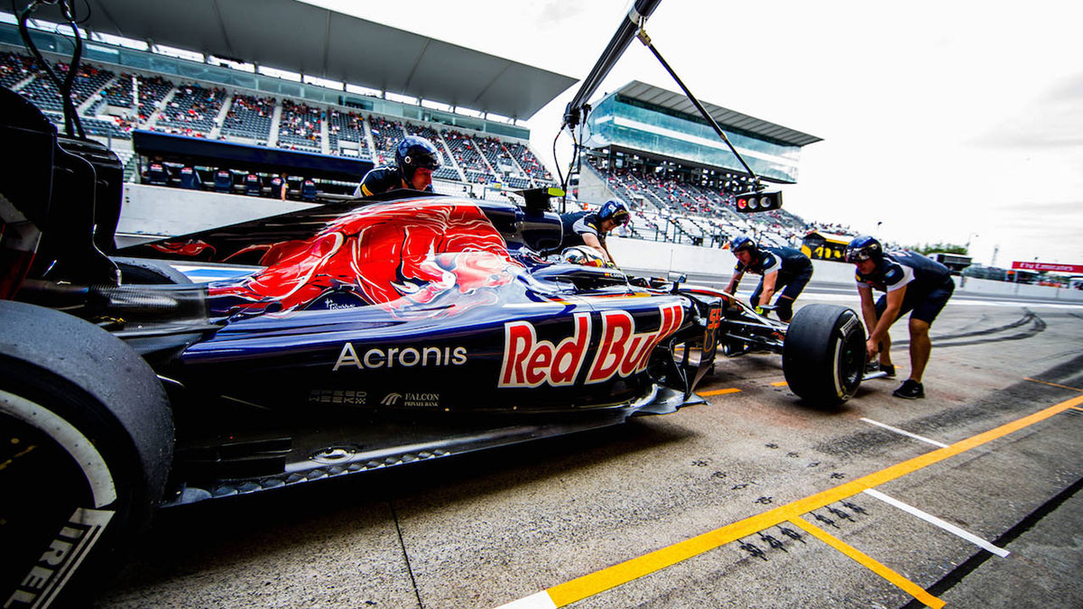 Scuderia Toro Rosso Team at work in the pit lane at the Suzuka Circuit in Japan this weekend. (Both images: Getty Images / Red Bull Content Pool)